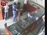 Un gamin de 12 ans aide à arrêter un voleur armé d'un pistolet! Quel courage!