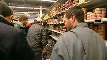 A Pau, des dizaines d'éleveurs en colère renversent les produits étrangers dans les rayons d'un hypermarché