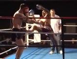 Il met son adversaire KO debout sur un coup de pied retourné magistral en muay-thaï