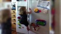 Une fillette escalade un frigo pour attraper des bonbons. En mode Mowgli...