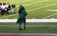 Mezuniyet Töreninde Topuklu Ayakkabı Giyen Kız Yere Kapaklandı