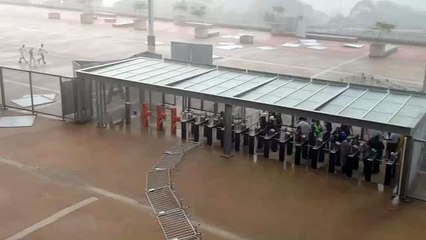 Chuva no Mineirão atrapalhou chegada dos torcedores para o clássico