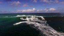 Des Jet Skis fuient une énorme vague pendant un contest de Surf!
