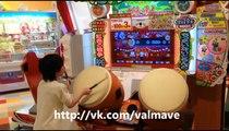 Ce jeune japonais déchire tout sur un jeu d'arcade de percussion Taiko (tambour japonais)