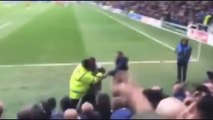¡Dos hinchas se pelearon dentro de la cancha en el QPR - Birmingham City!