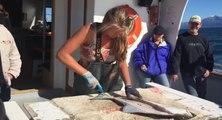 Cette fille prépare un filet de poisson avec beaucoup de facilité