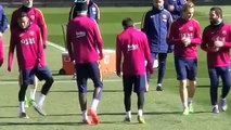 Neymar y Luis Suárez 'Castigan' a Mascherano en el entrenamiento