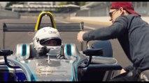 Damian Walters fait un salto arrière par-dessus une voiture Formula E