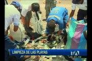 Comunidad limpia las playas en las Islas Galápagos