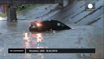 USA: Reporter saves driver trapped by floods