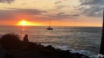 Une vague envoie un catamaran dans les rochers