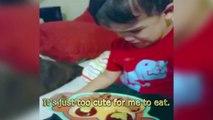 Cet enfant ne veut pas manger son assiette car elle est trop jolie. Trop mignon