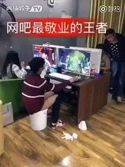 Tranquillement, ce  joueur fait caca dans un seau au cybercafé