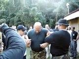 Un soldat reçoit des coups de taser se métamorphose en Chewbacca