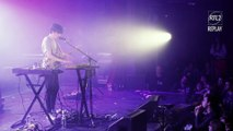 """Declan McKenna interprète """"Paracetamol"""" sur la scène de la Cigale lors du Concert Très Très Privé RTL2"""