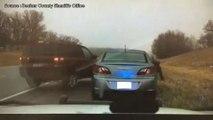 Un policier évite une voiture de justesse lors d'un contrôle routier