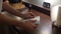 Comment ouvrir une bouteille de bière avec une simple feuille de papier