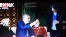 Tayyip'in elini öptükten sonra elini yüzüne süren kadın