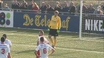 Noordwijk-keeper Edwin van der Sar keert de strafschop van Jorn van Lunteren
