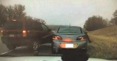 Un policier manque d'être fauché par une voiture glissant sur une route gelée aux USA