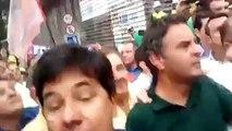 """Geraldo Alckmin e Aécio Neves chegam à Paulista sob vaias e gritos de """"corruptos"""" e """"ladrão de merenda"""""""