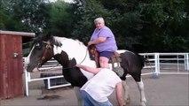 Une grosse femme fait une belle chute de cheval! Grosse gamelle