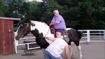 Une grosse femme fait une belle chute de cheval! Grosse game