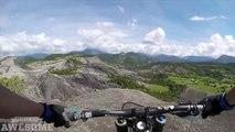 Une petite descente en VTT vertigineuse. Faut avoir le coeur bien accroché - Downhill MTB