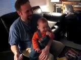 Fou de rire d'un Bébé jouant à la Wii