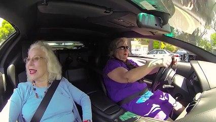 Regardez la tête des gens qui voient débarquer 2 mamies en Lamborghini !
