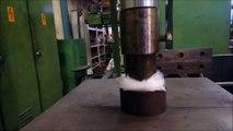 Faire exploser du papier bulle sous une presse hydraulique