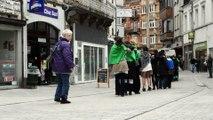 Marche à reculons dans le piétonnier d'Arlon pour défendre la sécurité sociale