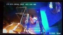 Une fille bourrée se gamelle dans les escaliers en boite de nuit