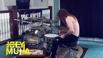 Jouer de la batterie violemment sur une douce musique pour enfants ahaha