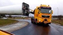 Transport d'une pale d'éolienne de 73 mètres à un rond-point