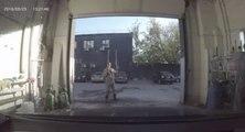 Un employé joue au super-héros dans un karcher