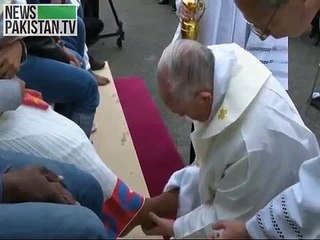 Pope Francis washes and kissing feet of refugees for Easter Week