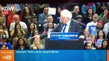 Un oiseau se pose sur le podium de Bernie Sanders pendant son discours aux USA