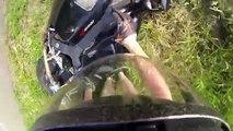 Quand tu fais de la moto en short et torse-nu il y a certains risques