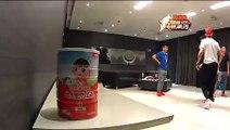 Cristano Ronaldo jongle avec une balle de tennis