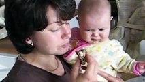 Un bébé affamé essaie de voler le repas de maman