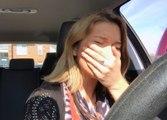 Réaction d'une chanteuse qui entend sa chanson à la radio pour la première fois