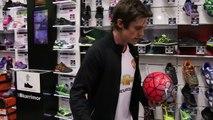 Ce gars fait ses lacets en jonglant avec un ballon de foot. Trick incroyable