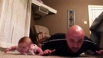 Un bébé et son papa en plein entrainement - Séance de muscu adorable