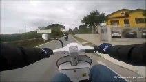 Un scooter humilie une moto dans une course