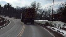 Un camion arrive trop vite dans un virage
