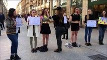 Des passants collent des post-it sur des femmes provocantes
