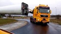 Transport d'une pale d'éolienne à un rond-point