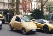 Ce gars a beaucoup d'humour en maquillant sa Ford Ka au milieu de ces voitures de luxe