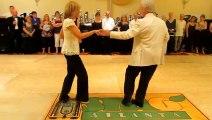 Il n'y a pas d'age pour danser comme des dieux.  Couple de personnes âgées avec un jeu de jambes incroyable